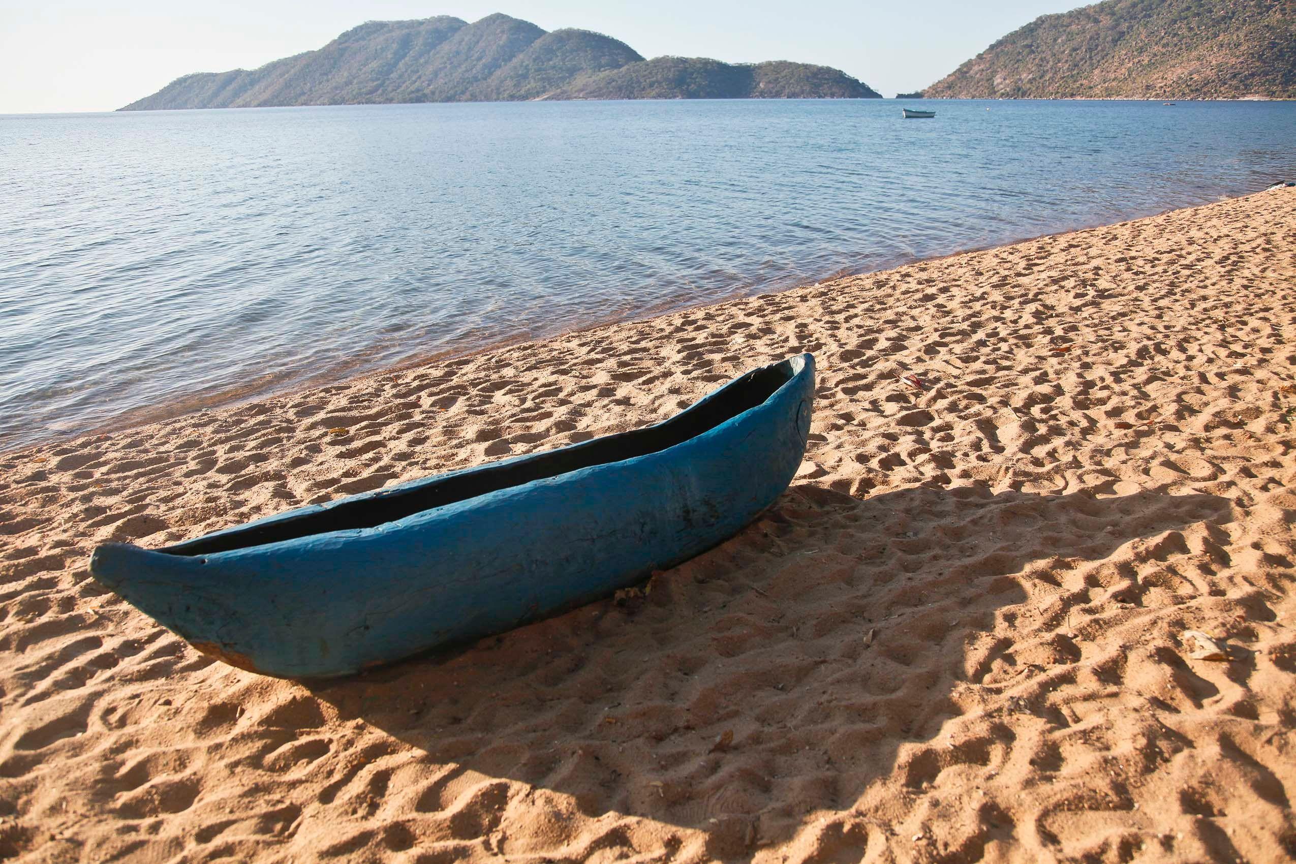 malawi_lake_malawi_canoe.jpg