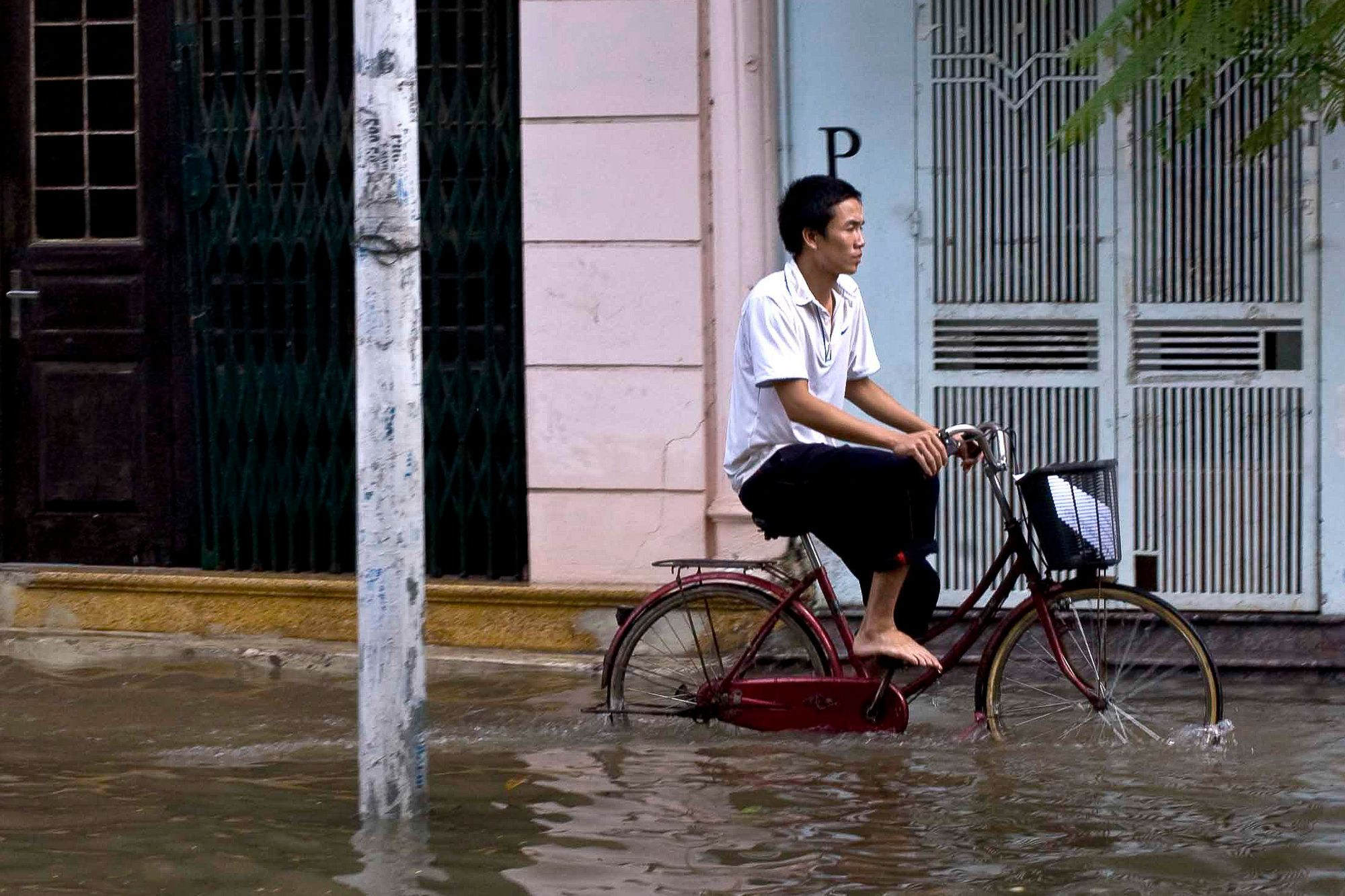 vietnam_hanoi_flood_streets_bike.jpg