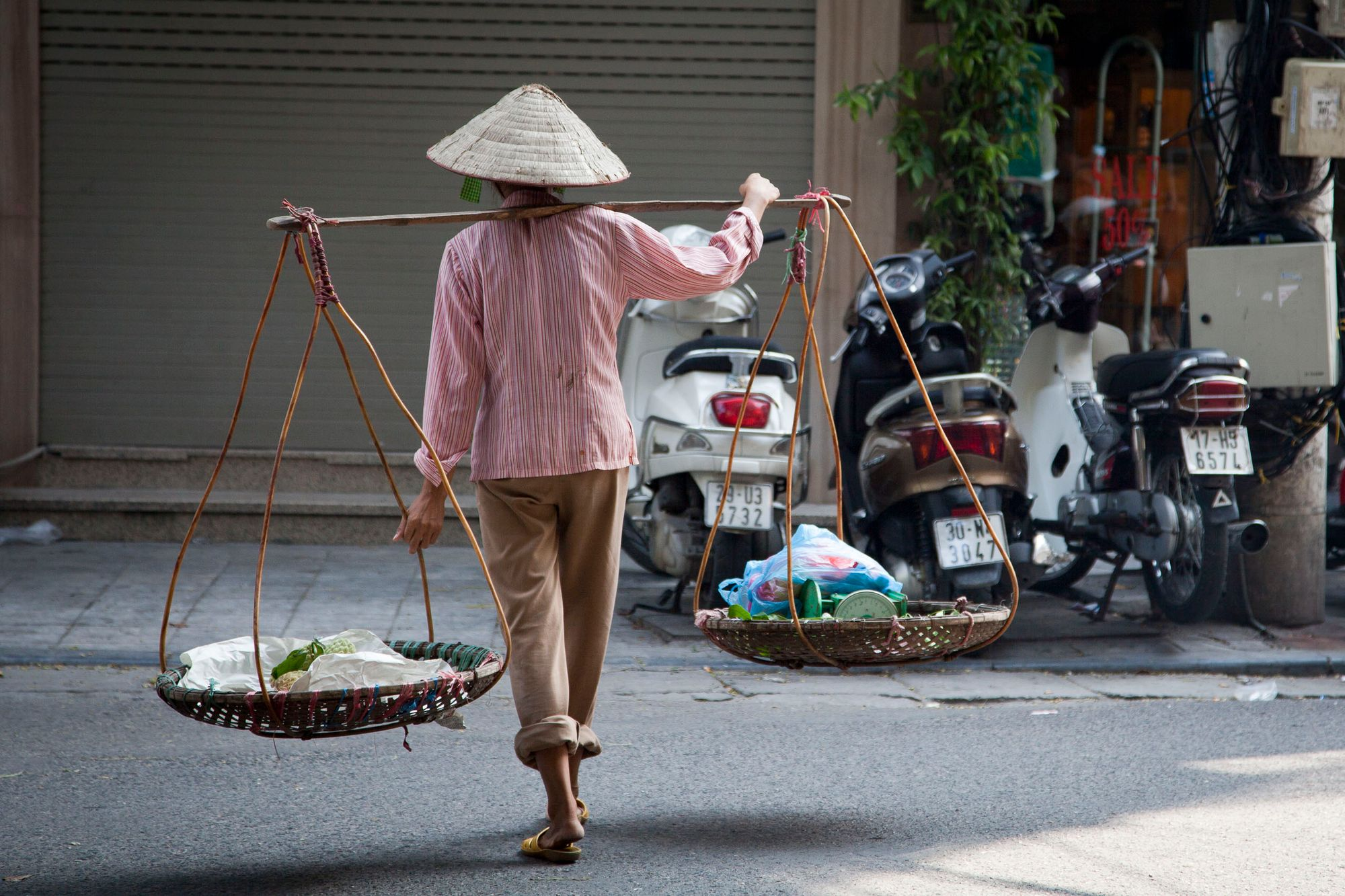 vietnam_hanoi_lady_street_food.jpg