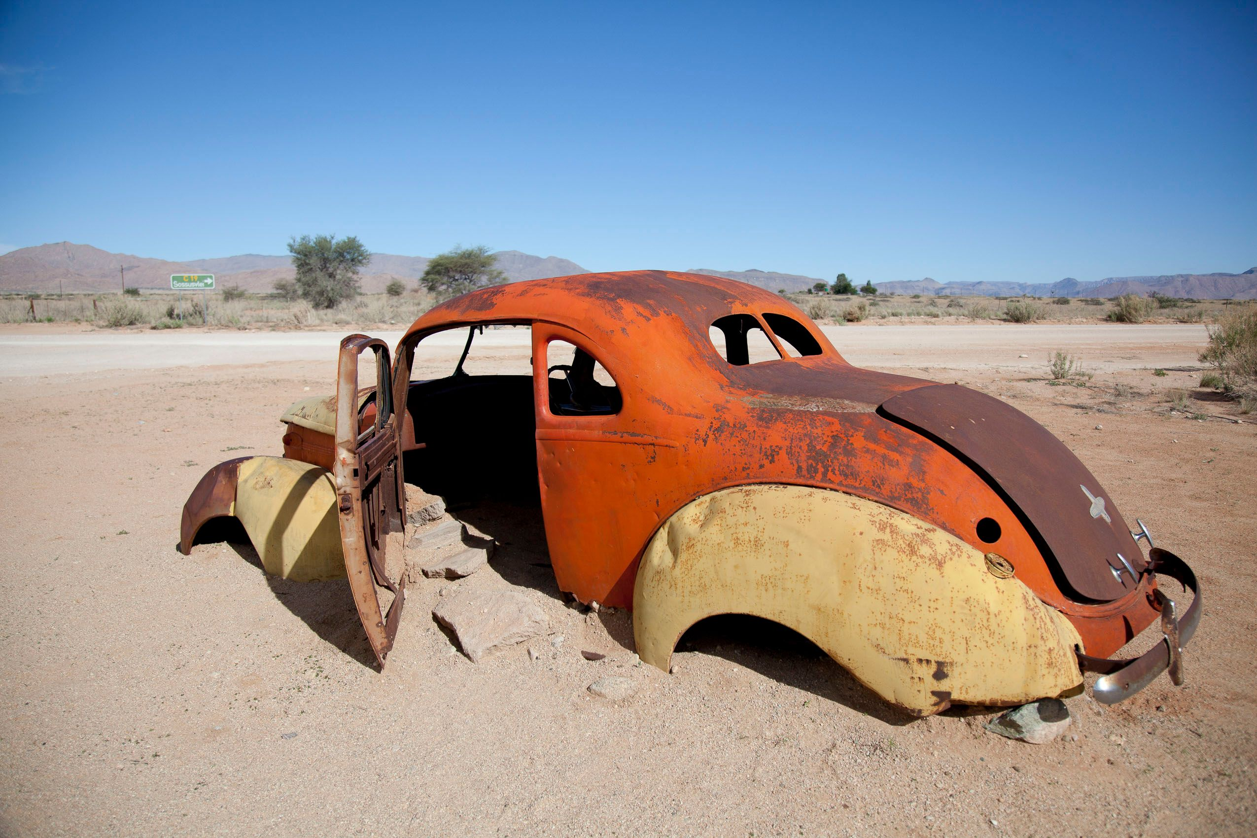 nambia_solitaire_abandoned_car_sand.jpg