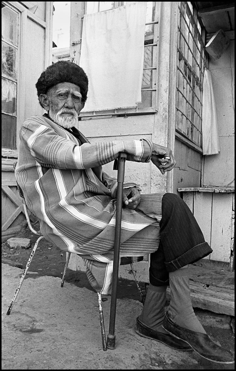 1man_resting_bukhara_1992_f124_p1