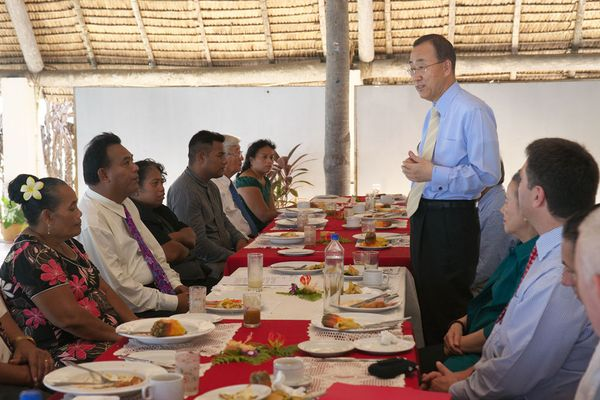 The UN Secretary-General at breakfast discussion with Kiribati Environment Minister Nikora