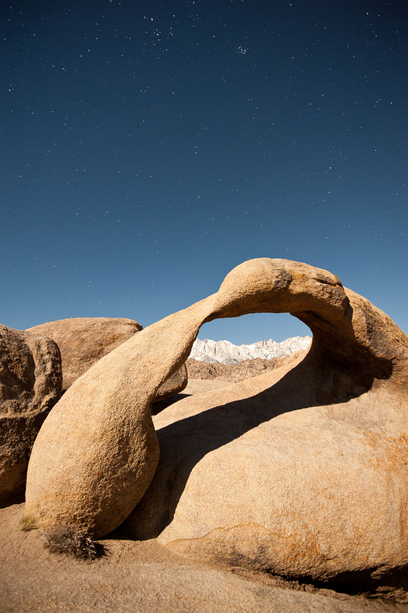 Mobis Arch and Mount Whitney underneath a sky full of stars