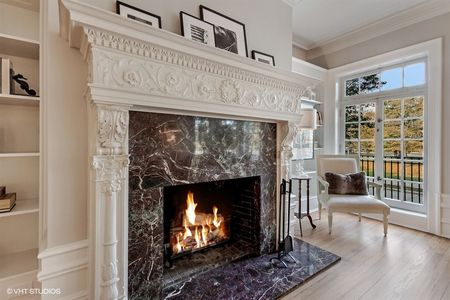 06_305-W-Fullerton-Pkwy_Unit-1E_10002_Living-Room-Fireplace-with-original-detail_Web.jpg