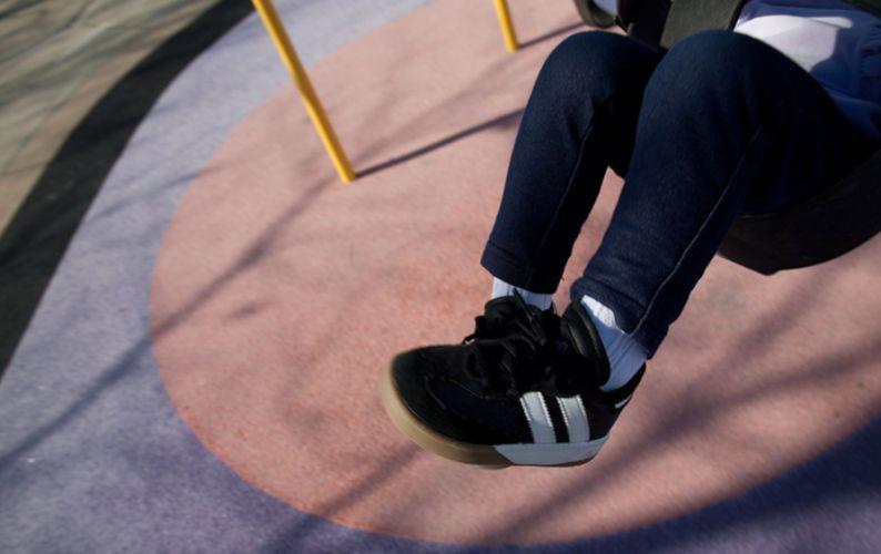 swing girl-paolophoto.com/swing/play/fun/sneakers-photo.jpg
