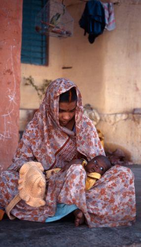 1india_homeless_mother_child.jpg