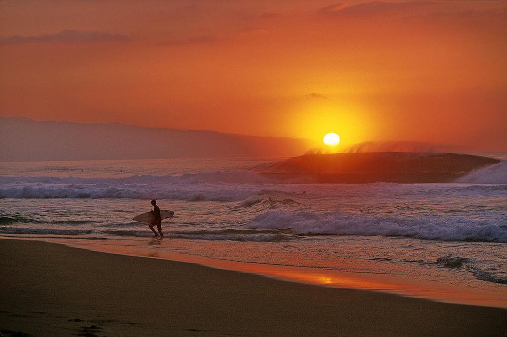 PIPELINE, OAHU, HAWAII.