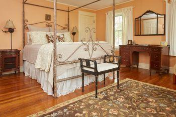 Homeport-Inn_Master-Bedroom_No.5-842016.jpg