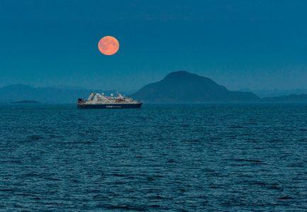 D-16-08-17-0604-(Moonrise,-Baffin-Bay).jpg