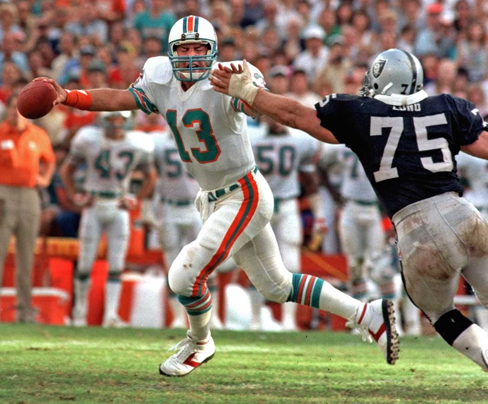 Hall of Famers : Dolphins Dan Marino eludes Raiders Howie Long