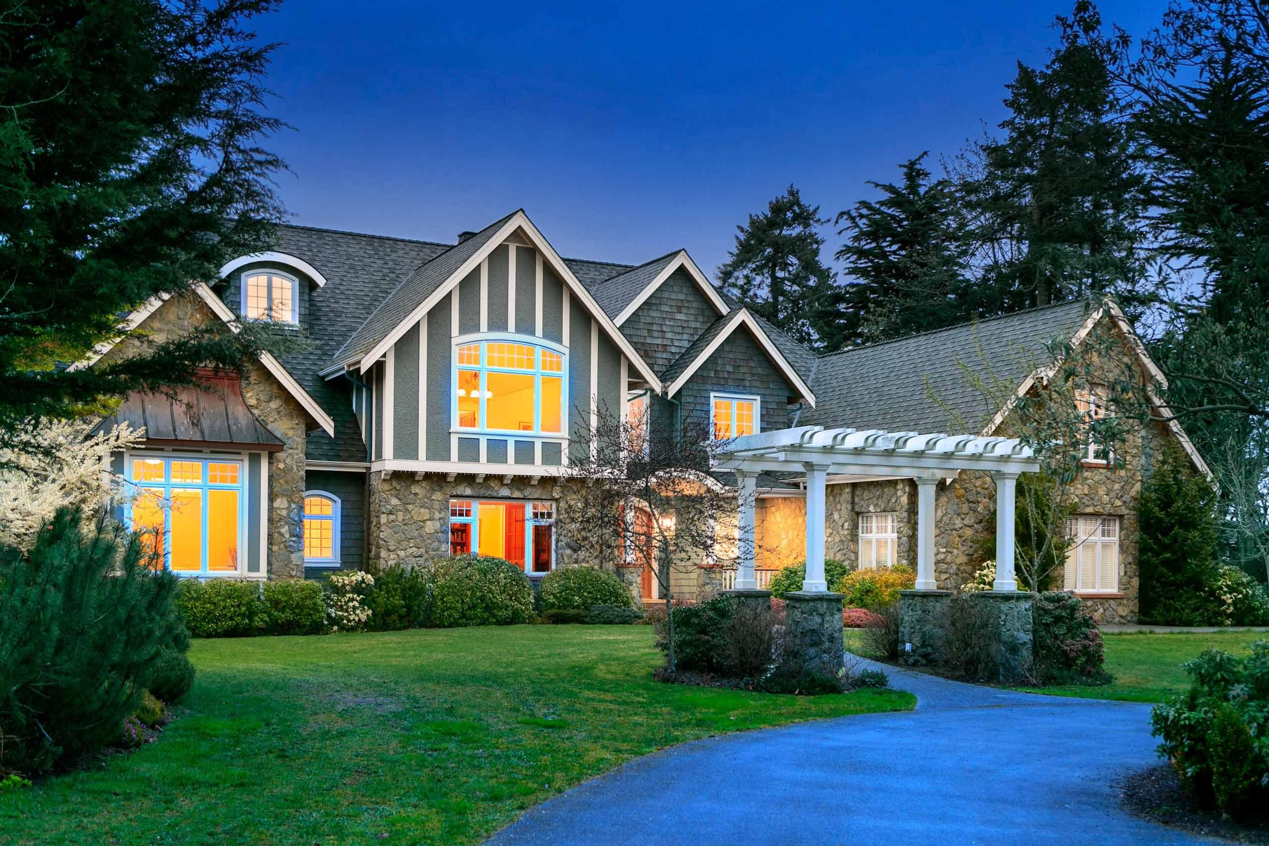 Luxury house photo - front walk
