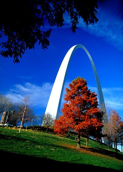 1St_Louis_Arch_red_tree.jpg