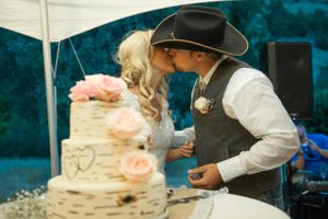 Kristin_Haven_Blacksmith_Fork_Canyon_Hyrum_Utah_Smooch_After_Cake.jpg