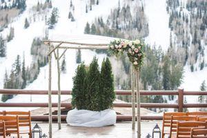 Ilana_Dave_Stein_Eriksen_Lodge_Deer_Valley_Park_City_Utah_Spring_Flower_Decked_Ceremony_Backdrop.jpg