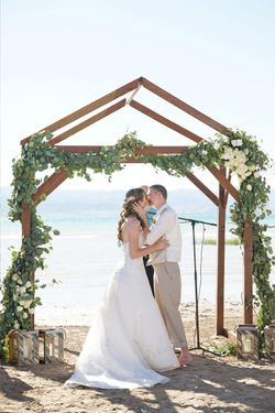 Aspyn_Steven_Bear_Lake_Utah_Couple_Kissing_Wooden_Arch.jpg
