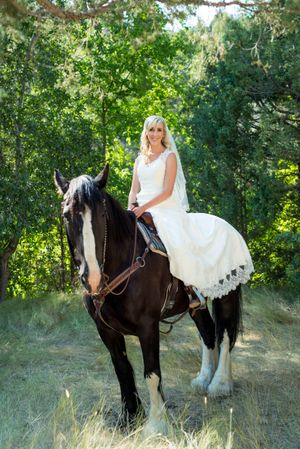 Kristin_Haven_Blacksmith_Fork_Canyon_Hyrum_Utah_Bride_Entrance_on_Horse.jpg
