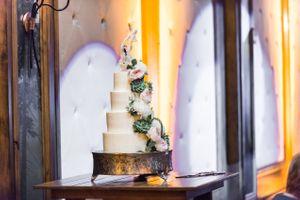 Ilana_Dave_Stein_Eriksen_Lodge_Deer_Valley_Park_City_Utah_Flower_Adorned_Wedding_Cake.jpg