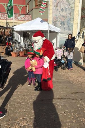 Zermatt_Swiss_Christmas_2017_Zermatt_Utah_Resort_Midway_Utah_Santa_Two_Young_Fans.jpg